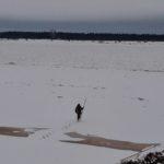 Первый пошел! Между тем выход на лед строго запрещен!
