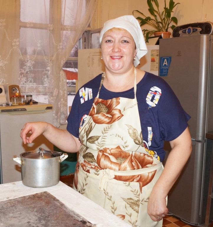 Повар из поселка Важский Виноградовского района Людмила Десятова знает, чем порадовать маленьких воспитанников