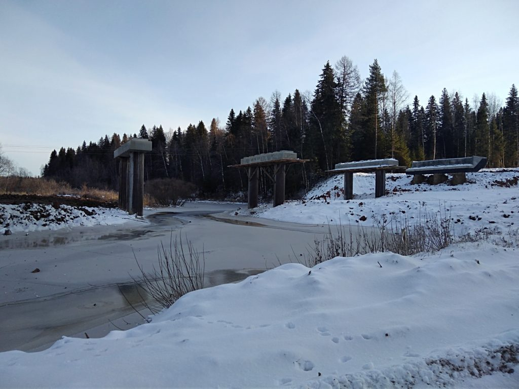 Строительство мостового перехода через речку Сельменьга в Виноградовском районе продолжается