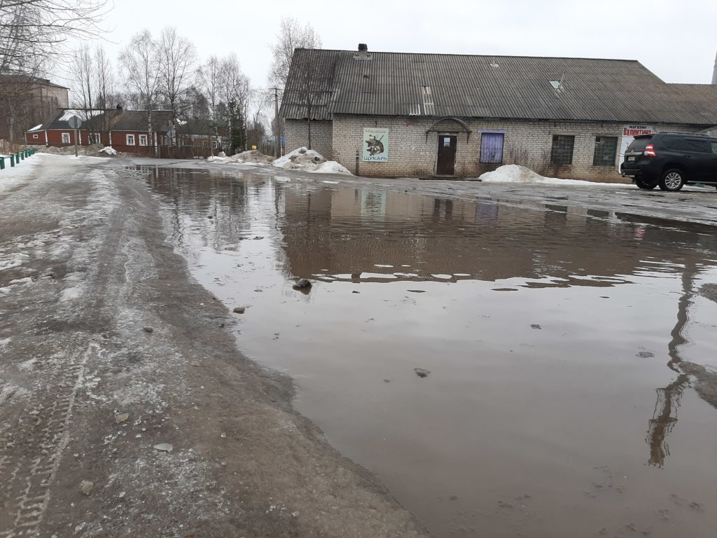 Лужа в Березнике  всю зиму мешает водителям и пешеходам