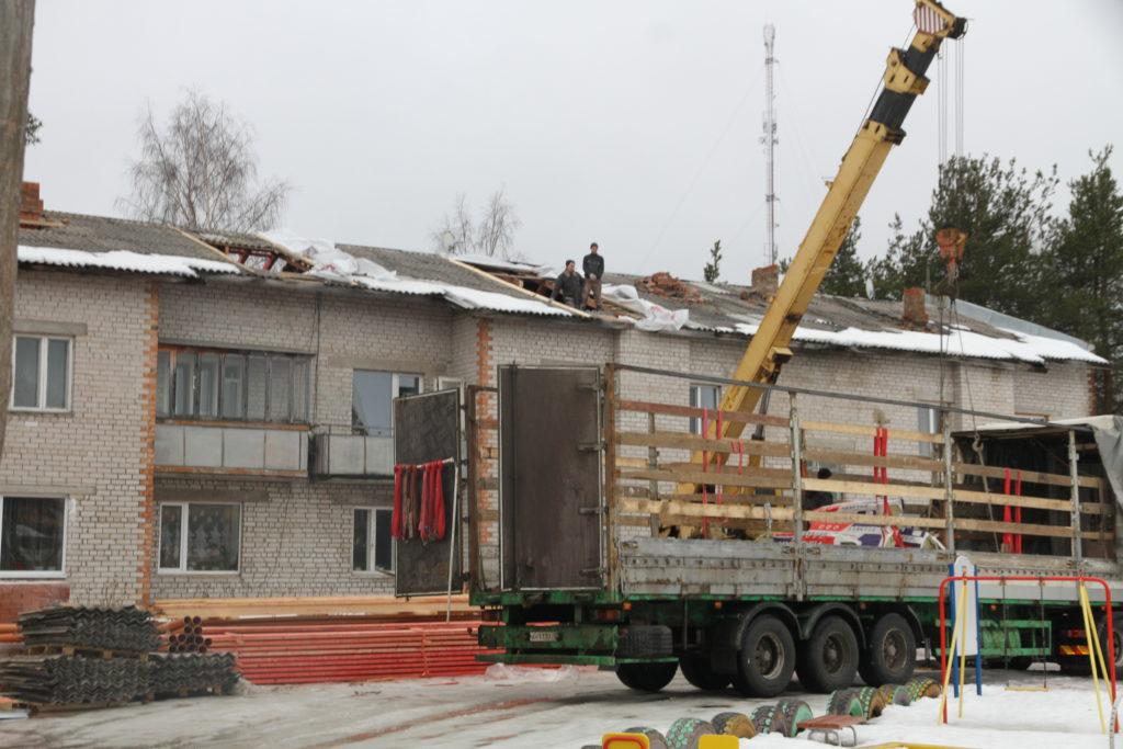 В поселке Березник Виноградовского района начался капитальный ремонт крыши дома по улице Павлина Виноградова