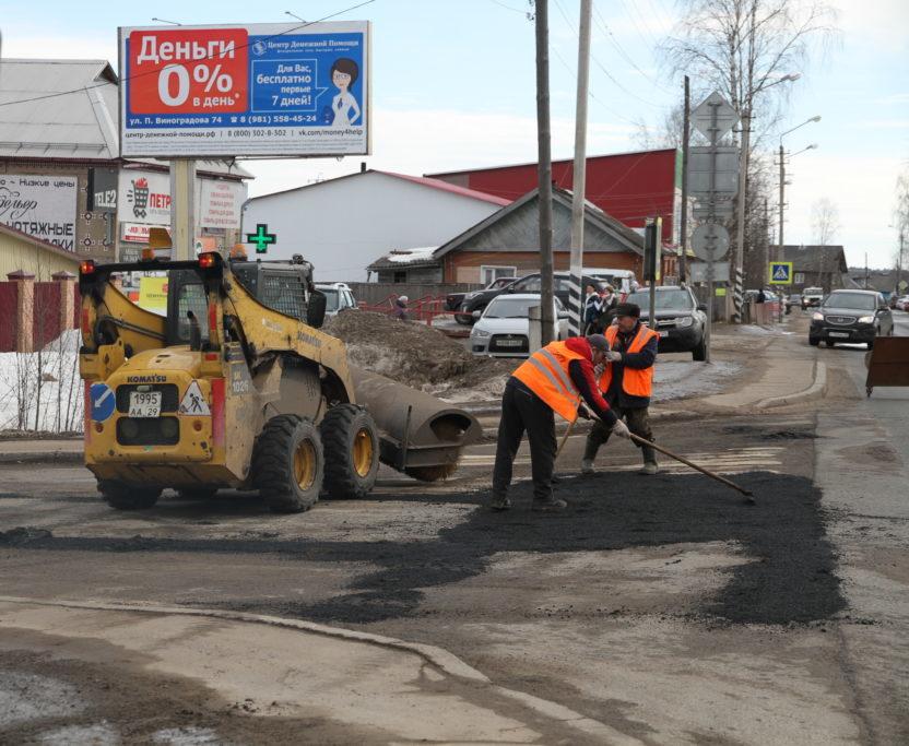 На улицах поселка Березник Виноградовского района начался ямочный ремонт