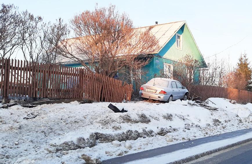 Снеся забор у жителей Березника Виноградовского района, водитель скрылся с места происшествия