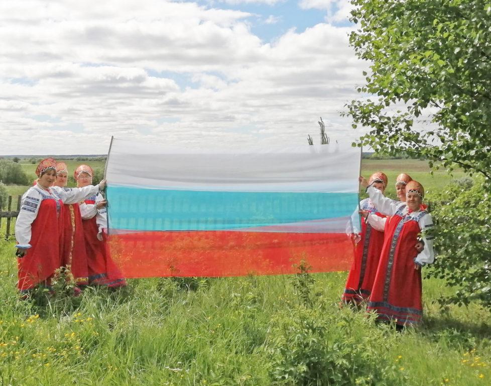 Продолжается прием фоторабот на международный конкурс «Мама и дети в национальных костюмах»
