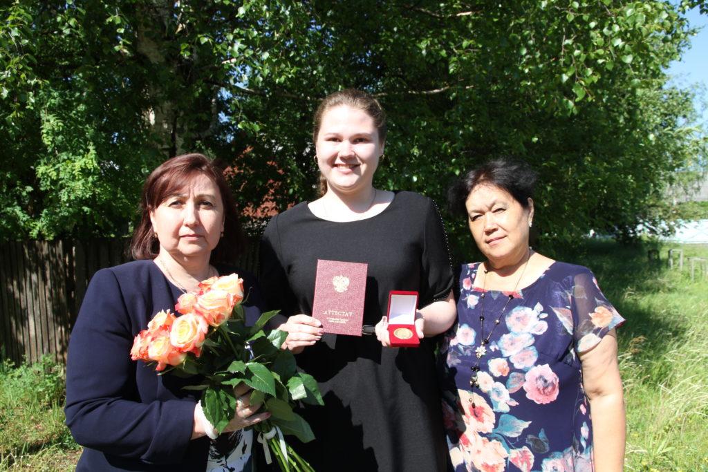 Екатерина Десятовская — ученица Березниковской средней школы — единственная в Виноградовском районе за 11 лет отличного обучения награждена медалью