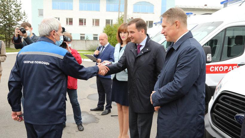 В Архангельске бригадам скорой медицинской помощи вручили ключи от восьми новых служебных автомобилей