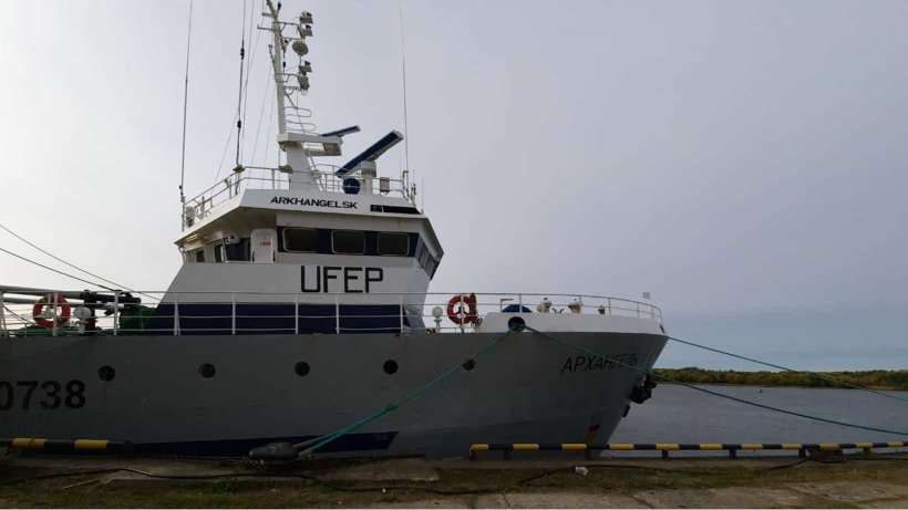 Рыбаки доставляют улов в Архангельск