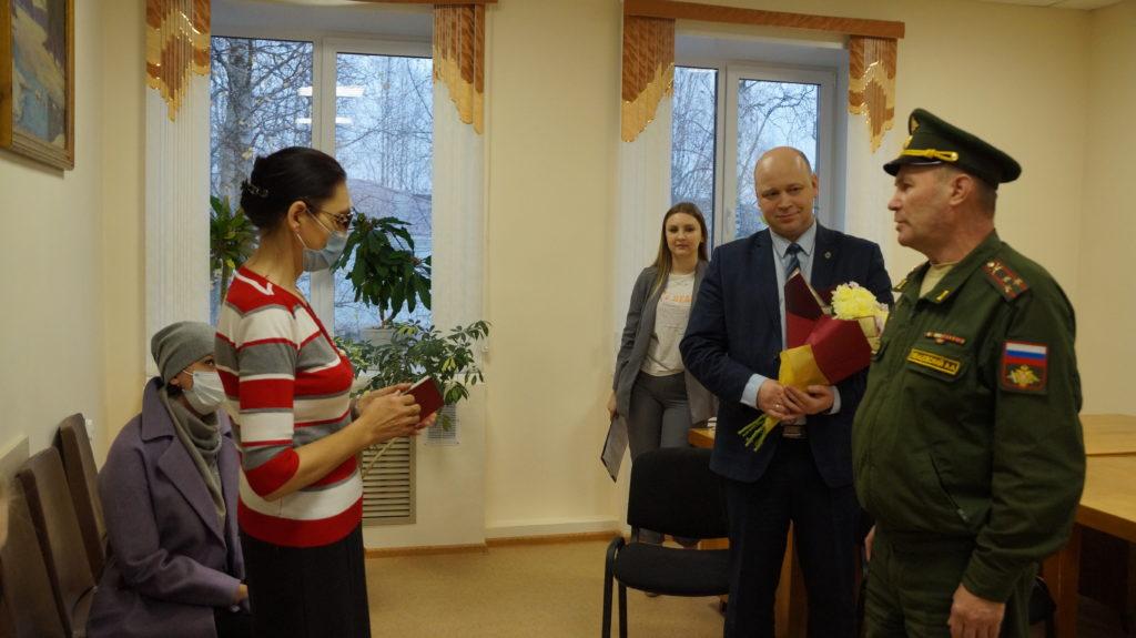 Внучке красноармейца из Виноградовского района вручили боевую награду