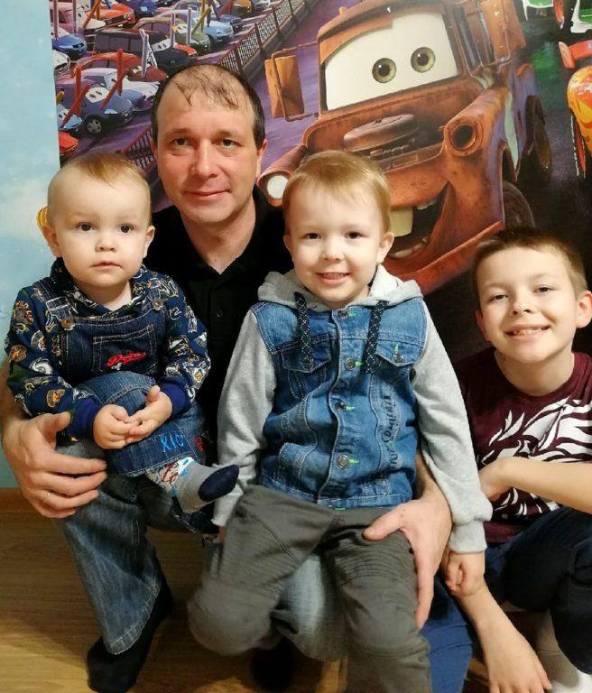 Сегодня — День отца в Архангельской области. В семье Пьянковых из Березника папиной любви хватает на всех