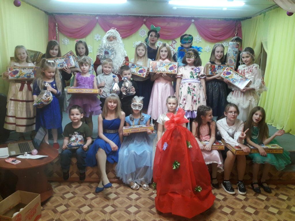 В Рочегодской музыкальной школе новогодний праздник отметили традиционно: добрыми песнями, весёлыми играми, дружными хороводами!