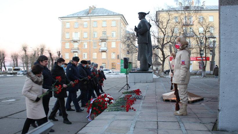 На площади Мира в Архангельске состоялся торжественный митинг, посвященный Дню Героев Отечества