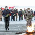 Цветы к Вечному огню в День Неизвестного Солдата: акция памяти прошла в Архангельске
