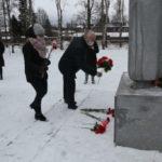 Цветы к памятнику в парке Победы в День Неизвестного Солдата: акция памяти прошла в Виноградовском районе