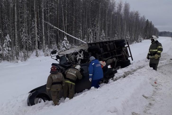 Три человека погибли в столкновении Toyota с грузовиком у Почтового