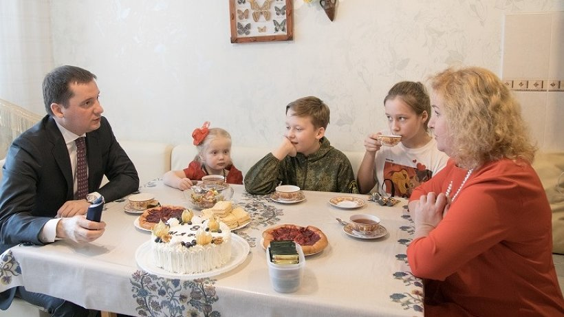 Накануне 8 Марта Александр Цыбульский побывал в гостях у многодетной семьи Климовых