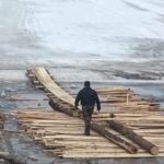 Людей чуть не затёрло ледоходом при попытке прохождения закрытой ледовой переправы