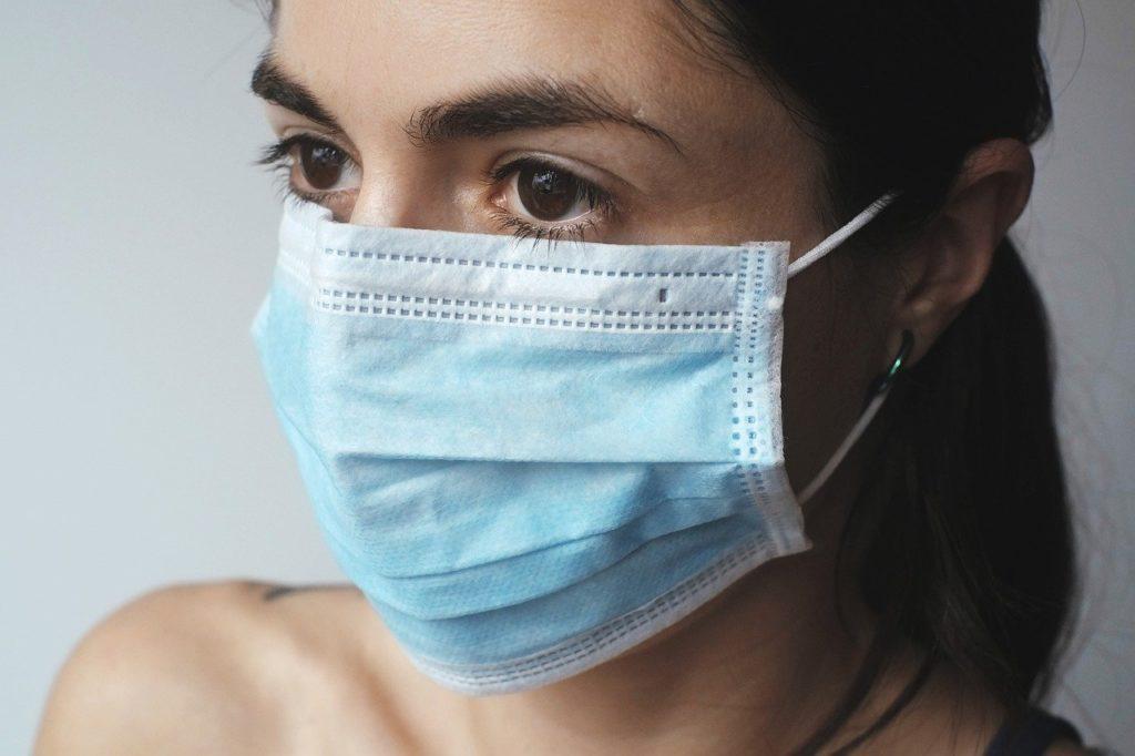 Врач-педиатр посоветовал детям в возрасте от семи лет носить маски в общественных местах