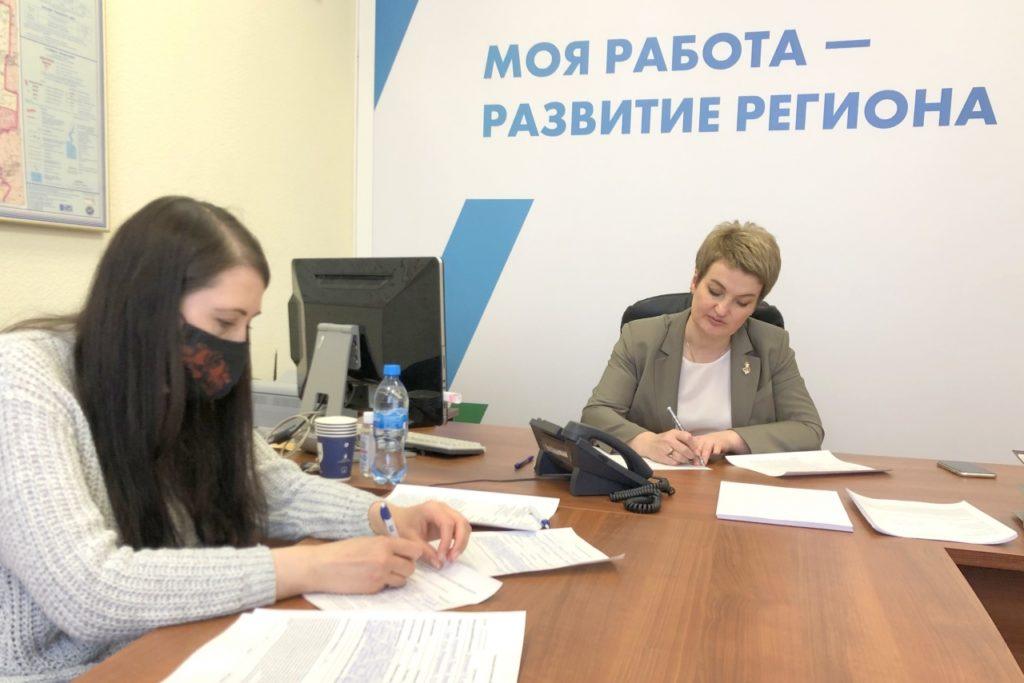 Екатерина Прокопьева предложила разобраться в ситуации с ремонтом дороги, признанной придомовой территорией