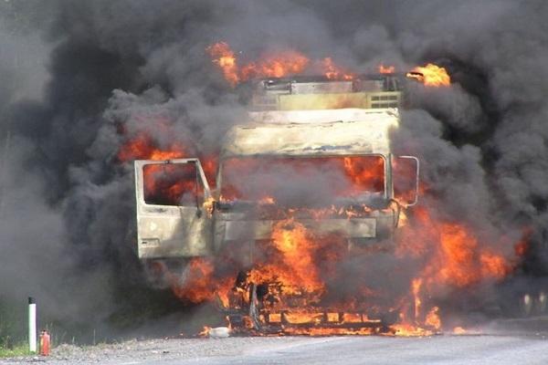 Пожар на металлобазе в Березнике: огнём повреждены два грузовика