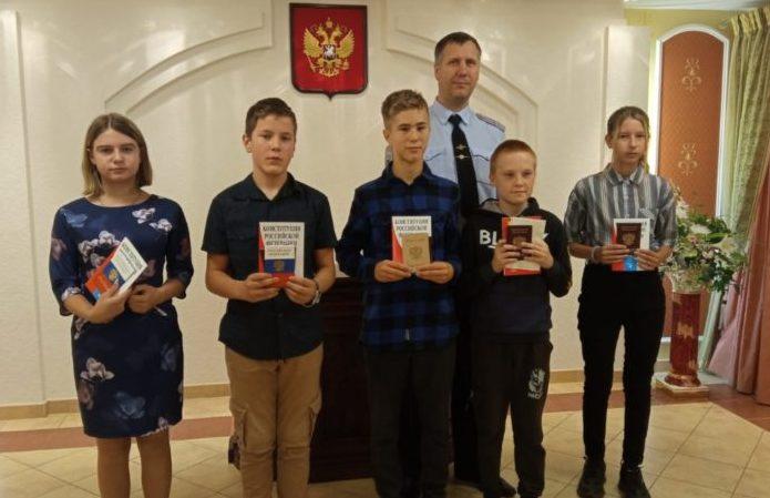 В Виноградовском территориальном отделе ЗАГС торжественно вручили паспорта юным гражданам района